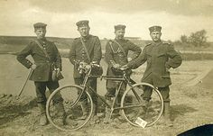 4 GERMAN SOLDIERS AND A BICYCLE 1914-1918
