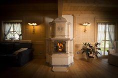 Stufa Dolomia con fuoco a vista.  Stufa in maiolica a legna (o pellet) fatta a mano. #stufecollizzolli #stufe #handmade #madeinitaly  #ceramica #stube #kachelofen #tirolesi #antiche #elettriche #calore #fuoco #camino #stove #kamin #fireplace #argilla #olle #ole #stoves #design #fuoco #chalet #baita #loft #arredo #arredamento #woodstove #calore #trentino #kamin #stufe #ceramic #legna #tirolese #decorata #fattoamano #maiolica #personalizzata #wood #refrattario #accumulo #artigianato #italy…