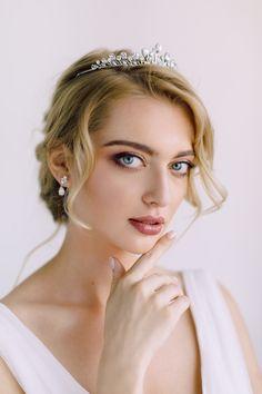 Kolekcja biżuterii Royal Romance od NOVIA BLANCA Romance, Crown, Boho, Jewelry, Fashion, Romance Film, Moda, Romances, Corona