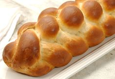 braided bread- braiding tutorial Very easy, don't flour surface before starting the braid. Used KAF Classic Challah recipe: Reduced flour to 3 yeast to 2 t (a la Rose Levy) Baked 20 min @ reduced temp to 350 and baked 25 min tented. Challah, Six Fours, Braided Bread, King Arthur Flour, Home Baking, Bread Rolls, Sweet Bread, Bread Baking, Bread Recipes