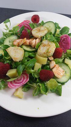 Salade gourmande & detox daprès les fêtes salades composees -Mache, betterave,pommes de terre,  concombre, saumon et noix de pétoncle, framboises pour faire joli.