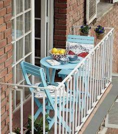 une jolie table rabattable en bois bleu, table de couleur bleu ciel pour la terrasse
