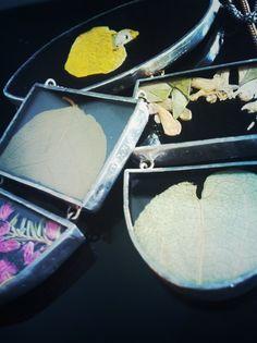 Martina Angius crea dei piccoli scrigni, teche che racchiudono, conservano e valorizzano minuscoli frammenti di natura. Fiori, foglie, conchiglie, pietre e perfino insetti vengono isolati dal proprio contesto e conservati per sempre, protetti dal vetro e incorniciati dallo stagno. I gioielli Lamerti sono in esposizione permanente nella MuGa Multimedia Gallery di Roma #contemporaryjewelry #bijoucontemporain #gioiellocontemporaneo #arte #art  www.muga.it
