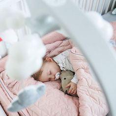 Najpiękniejszy czas w ciągu dnia każdej matki, edycja I  A kolekcja #velvet tak skradła serca wszystkich domowników, że widzę wojny na horyzoncie o ten kocyk ;) @La_Millou, wnioskujemy z Wiki o dużą narzutę z tego materiału, powiedzcie, że będzie <3 Starszym też się należy taka dawka miękkości – no sensoryczne doznania, że och i ach ;) #naptime #naptimenow #naptimeisthebesttime #babygirl #babygirlstyle #like #follow #candidchildhood #pixel_kids #cameramama #momtogs #ig_kiddies #justbaby…