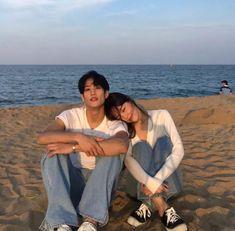 Resultado de imagem para korean couple ulzzang having ice cream Matching Couple Outfits, Matching Couples, Couple Posing, Couple Shoot, Korean Couple Photoshoot, Love Couple, Couple Goals, Couple Aesthetic, Blue Aesthetic