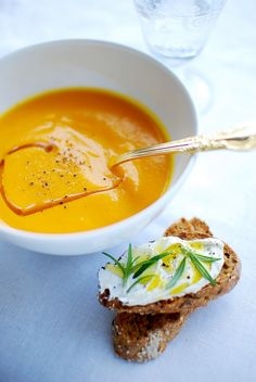 Carrot soup : 5-6 medium carrots, thoroughly washed or peeled  1 c. dessert of grated fresh ginger  2 cloves of garlic  1 medium onion  1 c. soup oil  Zest and juice of ½ orange  Salt, pepper and nutmeg  3-4 cups of water  (more http://mood4food.blogspot.pt/2010/01/sopa-de-cenoura-e-gengibre.html)