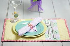 How to Make a Fabric Placemat..by Andy Isaacs This how to make a fabric placemat tutorial is a great project for beginner quilters who want to progress skills, introducing techniques such as binding.
