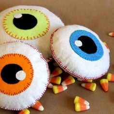 These spooky felt eyeballs make great Halloween decorations, or even a fun toy! (free pattern & tutorial).