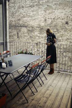 Ensemble d'une table Caractère et de 6 chaises La Môme #FERMOB Pratique : la table comme les chaises sont pliants. Cet ensemble est composé de matériaux résistants dans le temps et recyclables. Un beau geste pour la planète dans votre jardin !