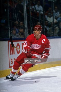 Steve Yzerman of the Detroit Red Wings skates on the ice during an NHL game against the New York Islanders on February 1989 at the Nassau Coliseum in Uniondale, New York. Kings Hockey, Hockey Mom, Ice Hockey, Hockey Games, Boston Bruins Hockey, Pittsburgh Penguins Hockey, Chicago Blackhawks, Patrick Kane Hockey, Hockey Stanley Cup