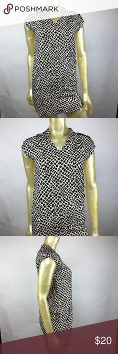 """Banana Republic Geometric Print Shift Dress Posh Thrift Shop  Thanks for stopping by!!!  Item: Banana Republic Women's 2 Cap Sleeves Geometric Print Shift Short Dress Pockets  Condition: In excellent used condition.  Please refer to images for more details about this item. If you have any questions please feel free to ask. All measurements are taken with the item laying and are approximate.   Armpit to Armpit: 18""""  Shoulder to Hem: 30"""" Banana Republic Dresses"""