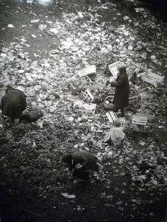 Robert Doisneau // Les Halles, Paris, 1967 Robert Doisneau, Photo B, Make Photo, Photography Lessons, Street Photography, Old Photos, Vintage Photos, Willy Ronis, 14 Avril