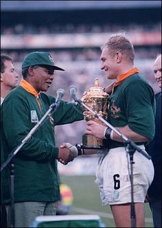 """South African President Nelson Mandela & François Pienaar, captain of the Springboks- Rugby World Cup """"One Team, One Country"""" just looking at this makes me well up with pride to be a Saffer! Rugby League, Rugby Players, Rugby World Cup Trophy, Nelson Mandela Pictures, South African Rugby, South Africa Rugby Team, Rugby Games, Champions, One Team"""