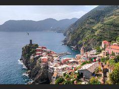 Le village de Vernazza surplombe la mer Méditerranée. - Italie - CinqueTerre