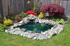 estqnque rodeado de piedras en el jardín moderno