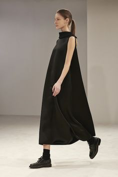 The Row Fall 2014 Ready-to-Wear Collection - Vogue Look Fashion, Fashion Show, Womens Fashion, Fashion Design, Runway Fashion, Fashion Images, The Row, Flattering Outfits, Minimal Fashion