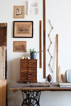 Many of us have a vintage or even antique sewing machine in their home that is dusty and neglected. Here are 60 ideas to upcycle vintage sewing machines into various types of home decor accessories. Antique Sewing Machines, Vintage Sewing Rooms, Sewing Spaces, Wood Table, Wood Desk, Home Decor Accessories, Ladder Decor, Interior Design, Interior Office
