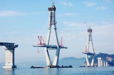 Jättiläissilta Etelä-Koreassa uhmaa luonnonvoimia. Uusi moottoritie kulkee vuoroin meren yllä ja meren alla. Kuvassa Busan-Geoje silta rakenteilla 2010.