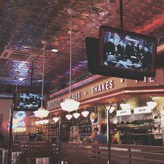 уютный и атмосферный ресторан на арбате. стиль американских забегаловок пятидесятых черно-белые детективы неоновые вывески и песни элвиса пресли.