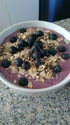 Raspberry, kale & banana smootie with muesli, blueberries & chia seeds