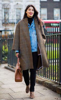Street style look casaco xadrez marrom, jaqueta jeans, turtleneck, bota onça.