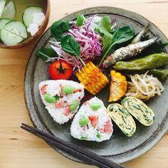 枝豆と塩ベーコンを具にしたおにぎり。味の良さはもちろん、グリーンとピンクでご飯が色鮮やかになりますね!