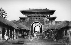 Janganmun, Hwaseong Fortress(Early 1910s) / 수원 화성의 장안문(1910년대 초) Old Pictures, Old Photos, Vintage Photographs, Vintage Photos, Asian Architecture, Suwon, Korean Traditional, Old Building, Traditional Paintings