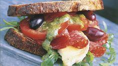 Sandwich med salami, pesto og chevre