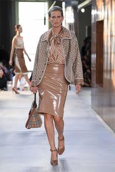 Burberry Londra - Spring Summer 2019 Ready-To-Wear - Shows - Vogue. Fashion Mode, Fashion Week, Runway Fashion, High Fashion, Fashion Outfits, Womens Fashion, Fashion Trends, Street Fashion, Stella Tennant