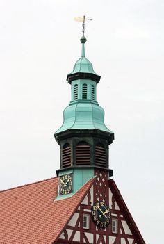 Dach einer Fachwerk-Kirche mit Uhren. Steildacheindeckung durch die Scholl Bedachungen GmbH in Backnang (71522) | Dachdecker.com