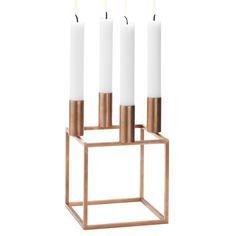 Den klassiske Kubus lysestake ble designet i 1962 av Mogens Lassen. Ment som et opprør mot den utsmykkede, forseggjort hjemme, er det informert av en følelse av funksjonalisme og matematisk presisjon. Resultatet ble ikoniske firkantet stål ramme toppet med lysestaker, en design i dag verdsatt og beundret verden over for sin elegante enkelhet. Materiale: Copper-plated […]
