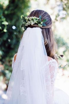 wedding hairstyles with veil half up decorated with greenery kellylenard via instagram