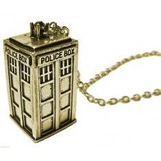 Compre em www.quartogeek.com.br >> Colar Tardis / Cabine de Polícia - Doctor Who
