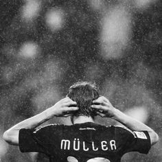 Thomas Müller all dramatic in the rain