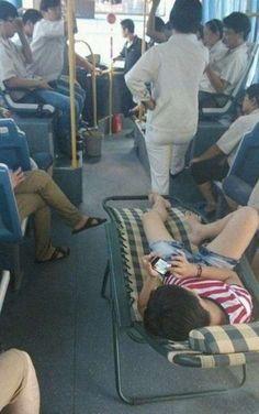 Ir como un rey en el bus . Más #humor en www.lasfotosmasgraciosas.com