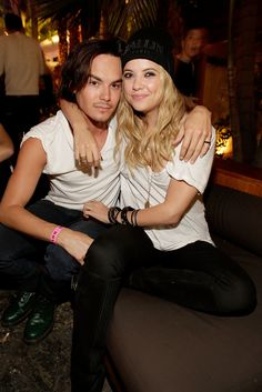 Who is hanna dating in pretty little liars