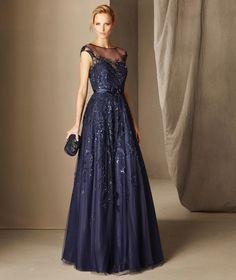 Le modèle de robe de soirée BOAL est une jolie création par sa confection en tulle moelleux orné d'une fine broderie et de pierres fines, à décolleté bateau et sans manches.