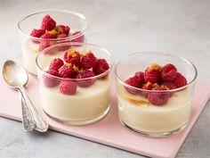 Päärynä-kinuskirahka antaa mainion makunsa panna cotalle. Jäähdytä kerma-maitoseosta hetkisen ennenkuin lisäät rahkan sen joukkoon. Vadelmat tai päärynäkuutiot sekä kimaltava fariinisokeri viimeistelevät jälkiruoan. Cupcake Recipes, Cupcake Cakes, Dessert Recipes, Food N, Food And Drink, Finnish Recipes, Hostess Cupcakes, Pavlova, Fine Dining