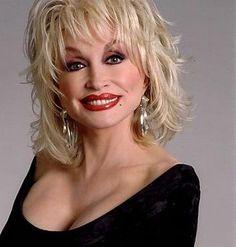 Dolly Parton - Dolly Rebecca Parton - scenarista, compozitoare, actrita, producatoare s-a născut la cunoscut(ă) pentru Unlikely Angel. Biografie Dolly Parton: Dolly Parton (pe numele ei adevarat Dolly Rebecca Parton) s-a nascut in Dolly Parton Net Worth, Dolly Parton Wigs, Dolly Parton Plastic Surgery, Medium Hair Styles, Curly Hair Styles, Musica Country, Blonde Jokes, Color Rubio, Corte Y Color