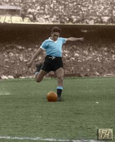 Alcides Ghiggia of Uruguay in action at the 1950 World Cup Final. Football Kits, Football Soccer, Montevideo, 1950 World Cup, History Of Soccer, Image Foot, National Football Teams, World Cup Final, Soccer World