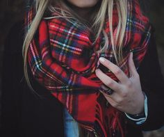 Red Plaid Scarf like this. Winter Chic: 40 Stellar Street Style Outfits to Copy Right Now Winter Chic, Autumn Winter Fashion, Fall Winter, Autumn Style, Winter Style, Fall Chic, Autumn Casual, Winter Holidays, Looks Chic