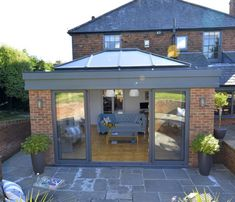 With these REAL aluminium sliding doors and lantern in your flat roof extension or garden room, you can open up your living space to create a modern and contemporary feel. Orangery Extension Kitchen, Orangerie Extension, Kitchen Orangery, Conservatory Extension, Kitchen Extension Roof Ideas, Kitchen Extension Exterior, Living Room Extension Ideas, Modern Conservatory, House Extension Plans