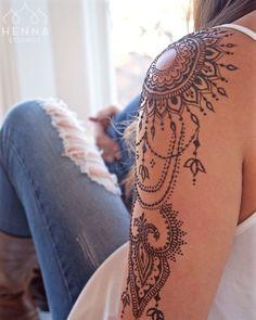 Henna Tattoo selber machen – Tipps zum Auftragen & 35 tolle Designs tattoo old school tattoo arm tattoo tattoo tattoos tattoo antebrazo arm sleeve tattoo Neue Tattoos, Body Art Tattoos, Hand Tattoos, Sleeve Tattoos, Mom Tattoos, Tatoos, Henna Sleeve, Tribal Sleeve, Tattoo Henna