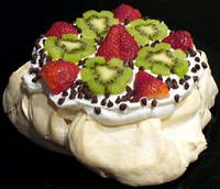 pavlova recipe new zealand dessert receipt australia: This is delicious! Pavlova Cake, Pavlova Recipe, Cake Recipes, Dessert Recipes, Kiwi Recipes, Baked Meringue, New Cake, Thinking Day, Occasion Cakes