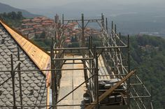 Lavori per il rifacimento del manto di copertura della villa privata in cima al Sacro Monte di Varese.