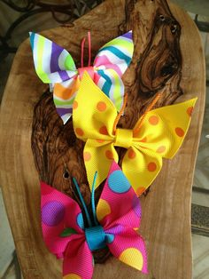 Butterfly hair pins made out of ribbon. Shows how to make other hair bows Making Hair Bows, Diy Hair Bows, Bow Hair Clips, Ribbon Art, Ribbon Crafts, Ribbon Bows, Fleurs Diy, Hair Ribbons, Butterfly Hair