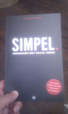 """Paul Blok @paulblok    Cadeautje gekregen van @jwalphenaar: Z'n boek """"Simpel - zakendoen met social media"""". Tnx! -"""