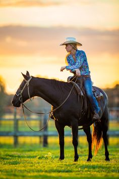 All about cowgirls. Being pretty, enjoy getting muddy and other stuff. Nothing wrong with nude cowgirls as well. Cowgirl Pictures, Horse Senior Pictures, Horse Photos, Senior Photos, Horse Girl Photography, Equine Photography, Cowgirl And Horse, Horse Riding, Cowboy And Cowgirl