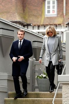 France's president Emmanuel Macron won the election with his wife Brigitte Trogneux in black pumps. Macron France, Street Chic, Street Style, Paris Street, Presidents Wives, Beaux Couples, Brigitte Macron, Emmanuel Macron, Louis Vuitton