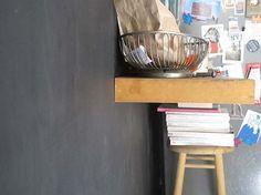 Para desayunar, mucha gente se queda en la cocina porque resulta más cómodo y rápido que traer todo al comedor. !Pero no hay un espacio dedicado a comer en cada cocina! En muchos departamentos, las cocinas son espacios muy pequeños. Si te encuentras en esta situación, una manera astuta es colocar una repisa junto a la pared pero a una altura que corresponde a la de un bar. De esta manera, este espacio va a tener la doble funcionalidad de un estante y mesa.